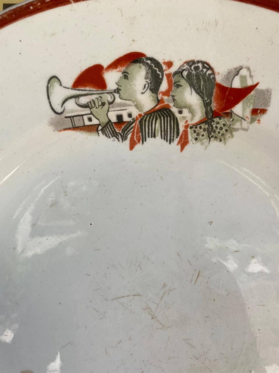 Фаянсовая тарелка с рисунком:«Первые пионеры Туркмении»