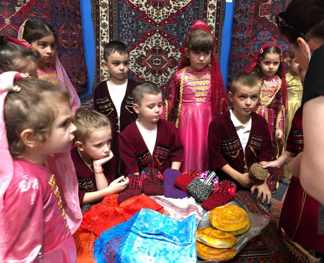 В рамках музейно -образовательной программы «Музеенок», в отделе «Ковры и декоративно — прикладное искусство» для детей проведена лекция «Сундук для невесты»